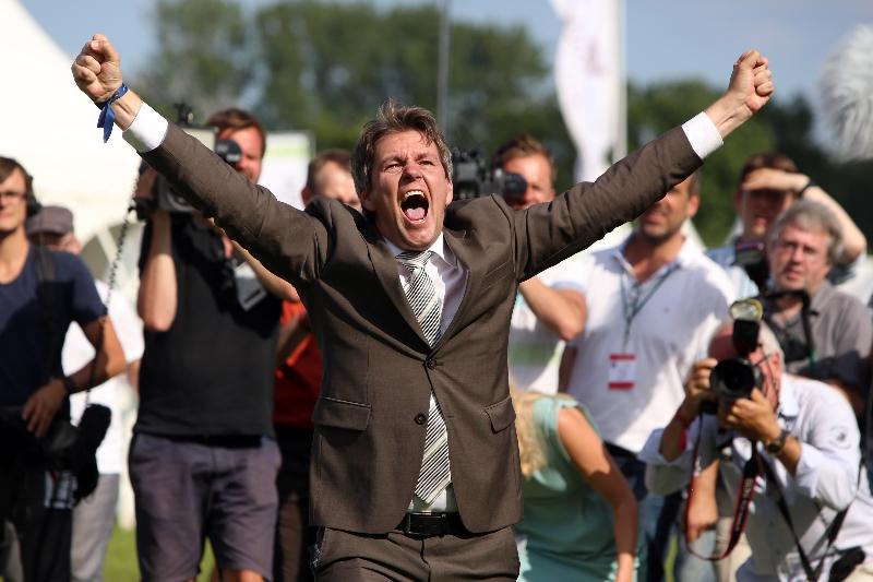 Trainer Markus Klug feierte ausgelassen seinen Derbysieg auf dem Geläuf. (Foto: Frank Sorge)